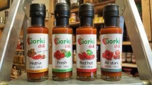 Cuatro botellitas de diferentes salsas picantes Gorki Chili: Histria, Fresh, Red Hot y All Stars. En la tienda de especias, chiles y salsas picantes Sally Pepper en Madrid