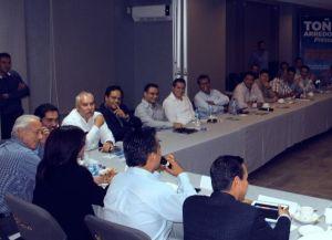 Contralor presente en reunión del abanderado albiazul con empresarios en día de labores.