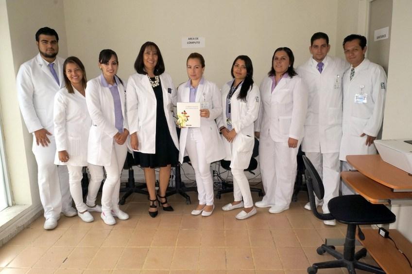 Dra. Sandra Guadalupe Domínguez con sus estudiantes (3)