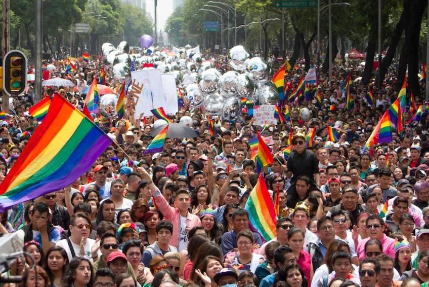 """CIUDAD DE MÉXICO, 24JUNIO2017.- La edición XXXVIIII de la Marcha del Orgullo LGBTTTI partió del Ángel de la Independencia hacia el Zócalo cuyo lema es """"Respeta mi familia, mi libertad y mi vida"""". FOTO: ANTONIO CRUZ /CUARTOSCURO.COM"""