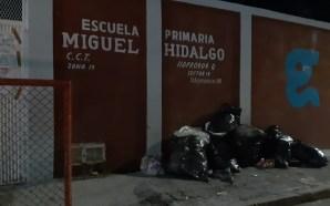 POR LAS NOCHES, DEJAN BOLSAS DE BASURA AFUERA DE LA…
