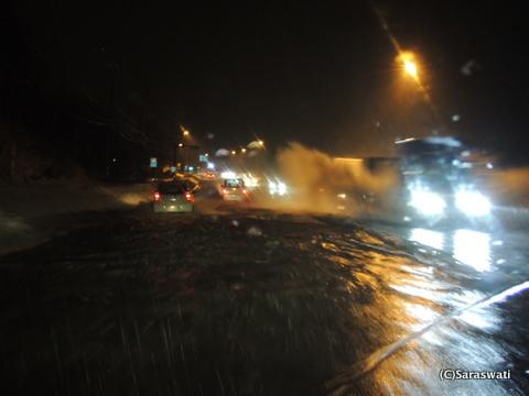 雪解け水と雨で冠水