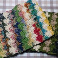 生徒さん作品。余り毛糸で編むカラフルお花のスヌード。