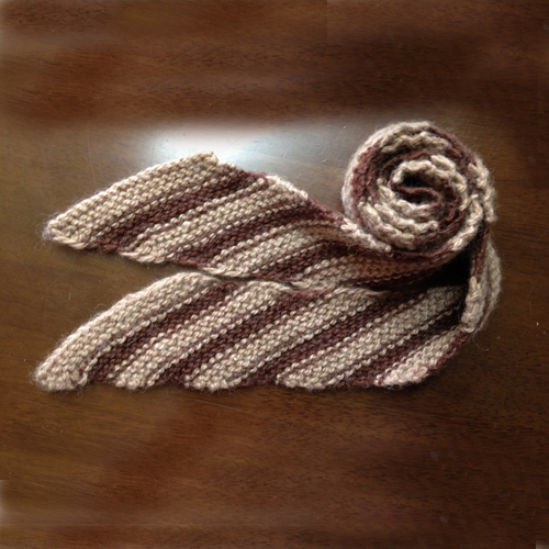 生徒さんが斜め編みで編んだマフラーです。