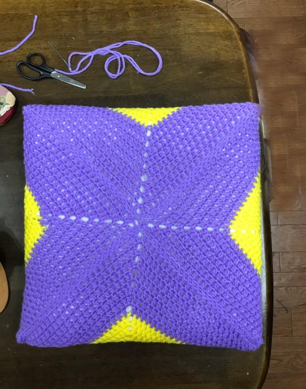 かぎ針編みのクッションを完成させました。生徒さん
