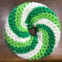 棒針で編むドーナツ型のアクリルタワシ1