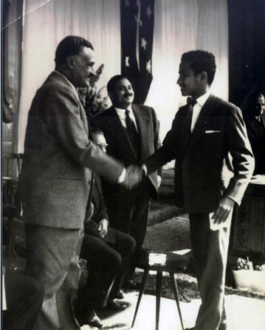 عبد الرحمن الجفري (الطالب الثانوي) بعد أن ألقى كلمة طلبة اليمن في عيد الوحدة المصرية السورية في فبراير 1959 م، يصافح الزعيم جمال عبد الناصر في ميدان عابدين، القاهرة .