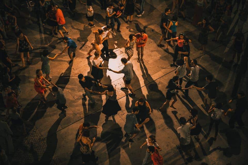 Danser tous ensemble procure un plaisir simple et naturel