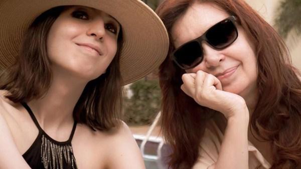 Cristina Kirchner retorna al país junto a su hija Florencia.