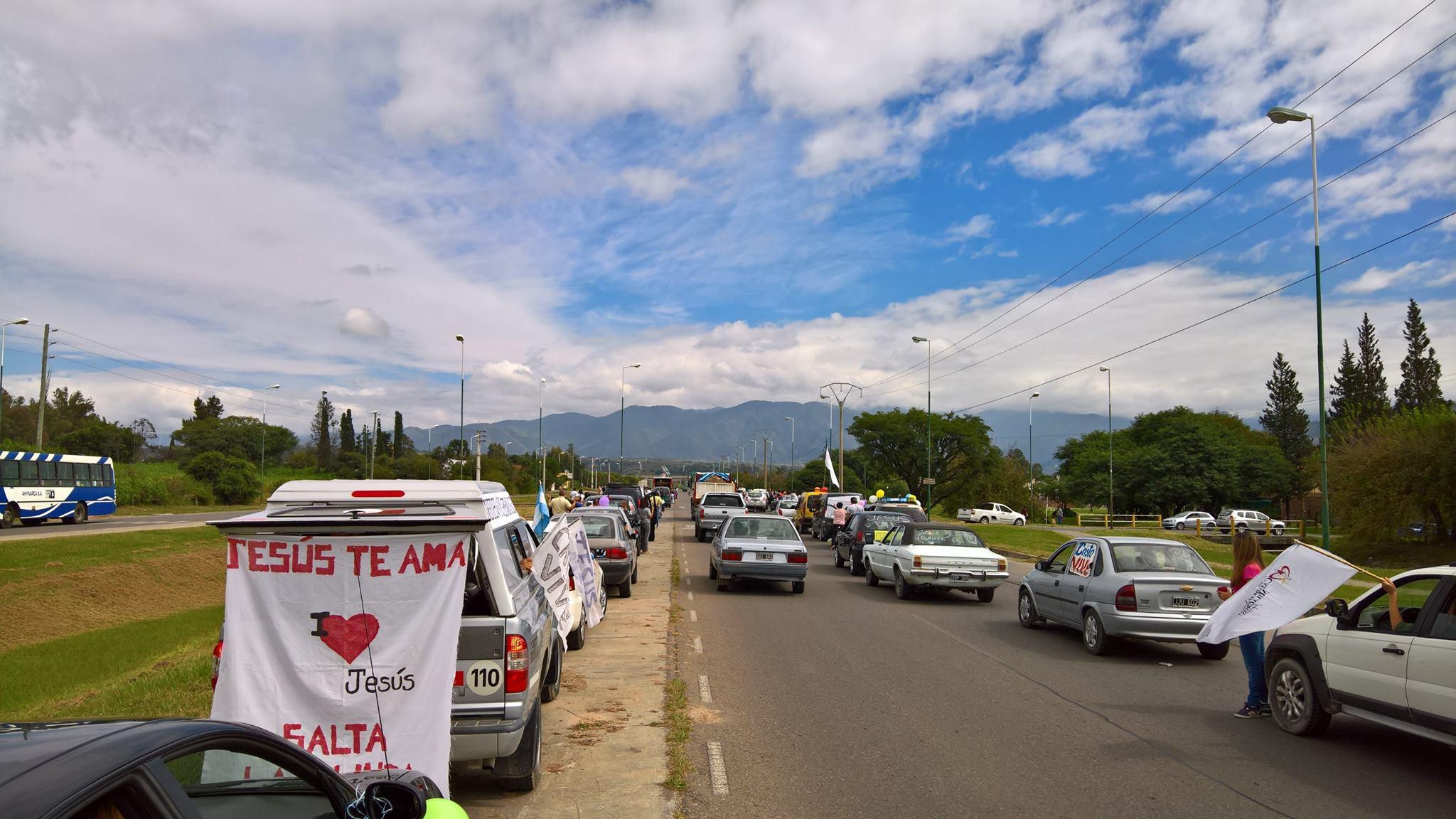 Cientos de salteños realizaron una caravana para celebrar a Cristo Resucitado