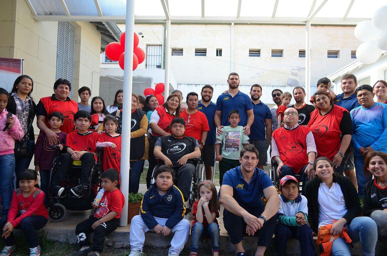 Los Pumas visitaron a niños del Instituto de Rehabilitación Salta