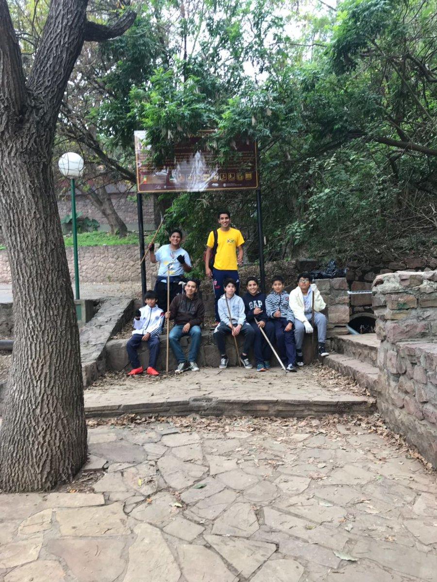 Jóvenes voluntarios de la Iglesia de los Santos de los Últimos Días realizaron un operativo de limpieza en el cerro San Bernardo