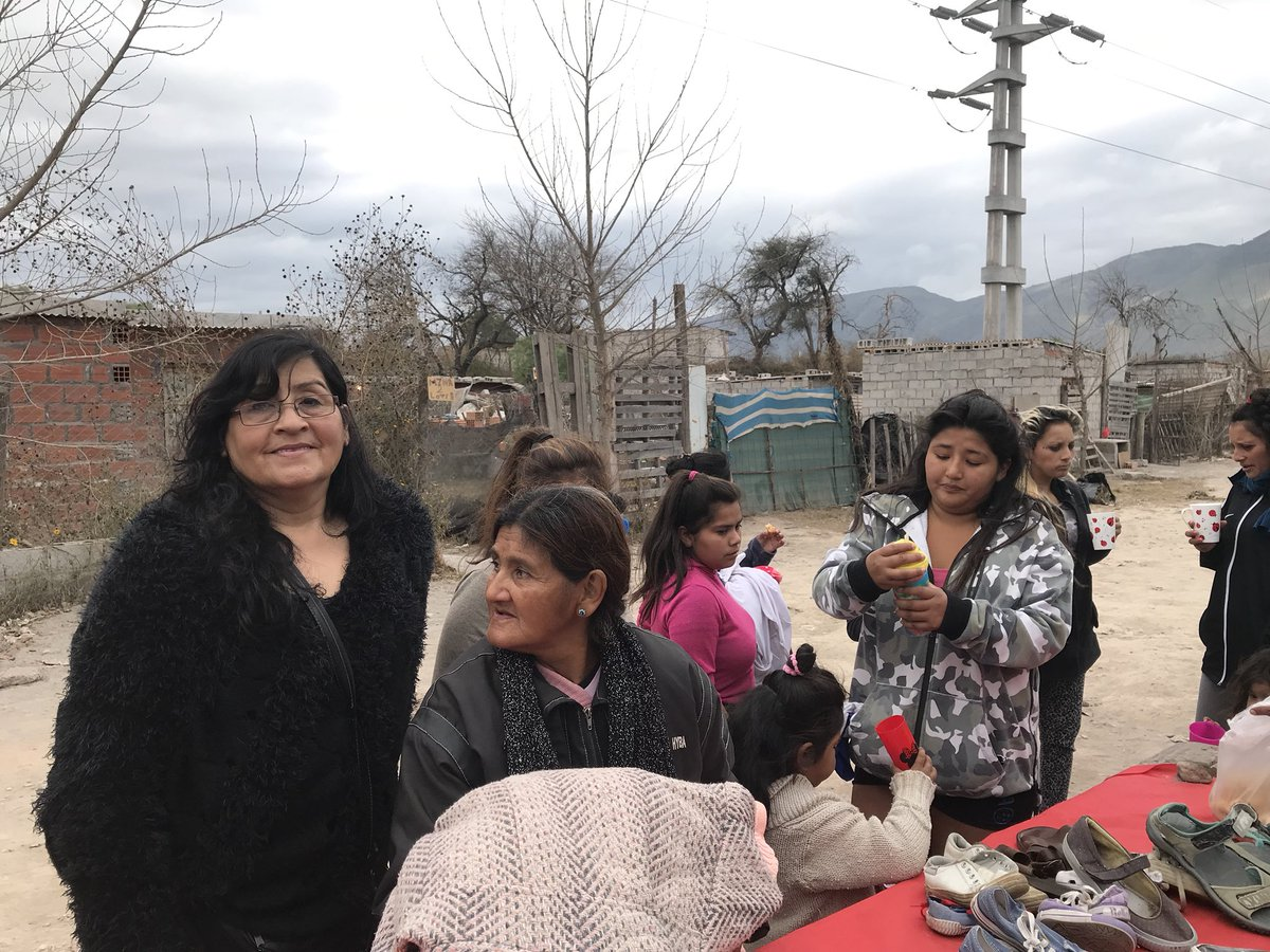 Fundación Fraternidad recorre los barrios con su ropero comunitario