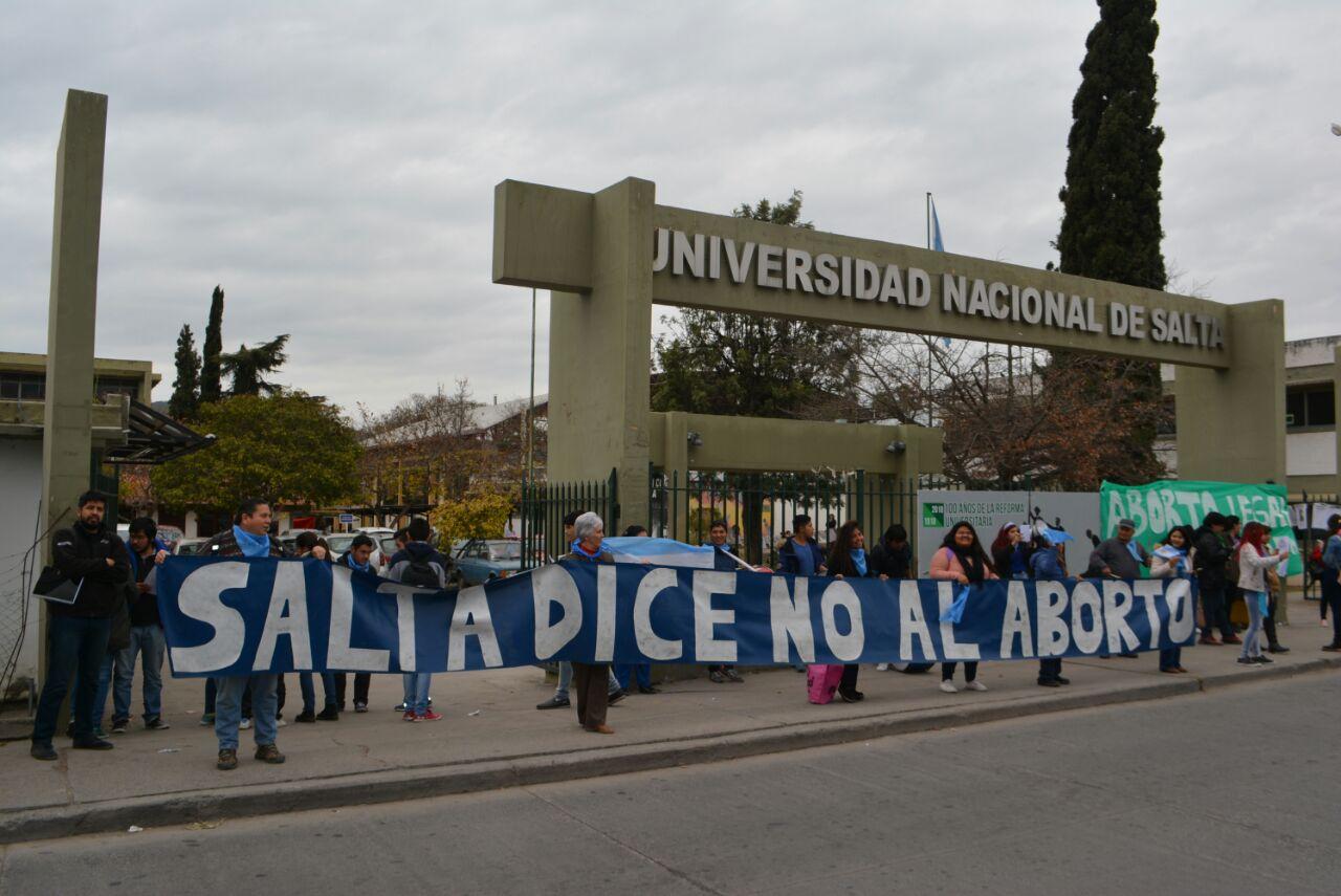 """#Pais: Estudiantes y docentes de la Universidad Nacional de Salta, levantaron los pañuelos celestes  y proclaron """"UNSa por la Vida"""""""