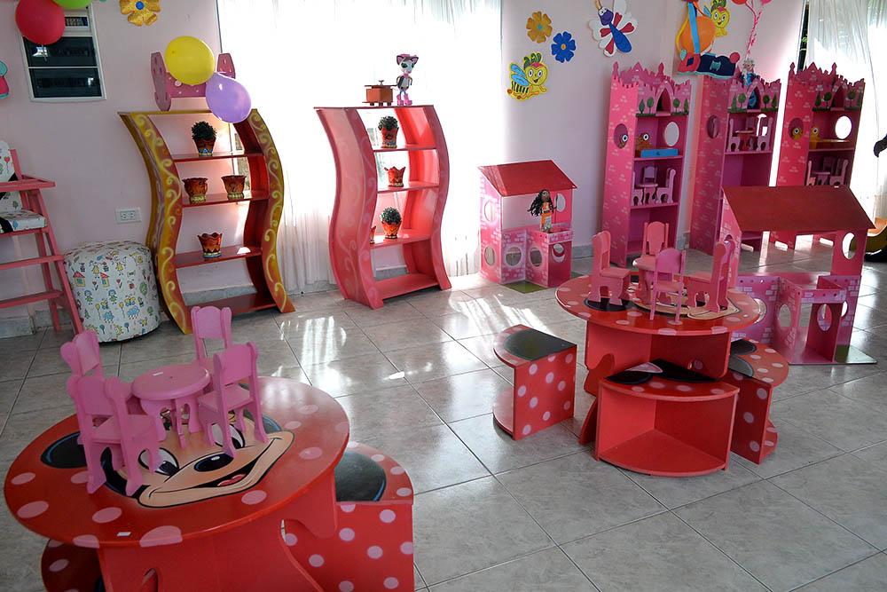Exposición y venta de juguetes fabricados en el penal de Villa Las Rosas por el Día de Reyes