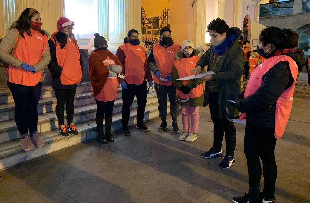 """Voluntarios de """"Salta Te Cuida"""" recorren los viernes brindando comida, abrigo y calzado"""