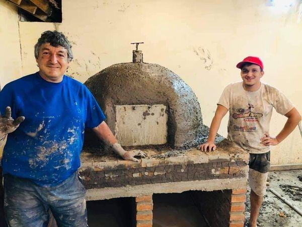 Cerrillos: un docente construyó siete hornos de barro para comedores y merenderos