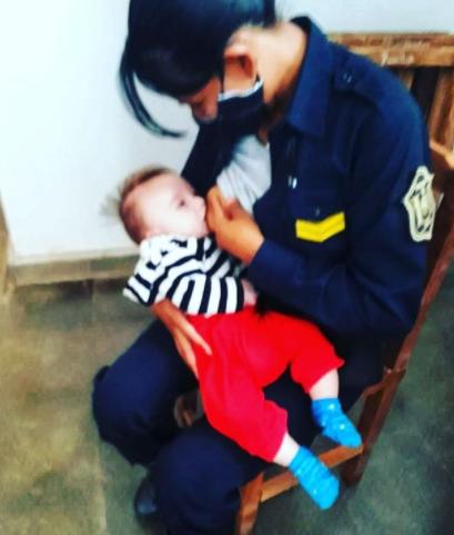 Policía amamantó a un bebé de 3 meses