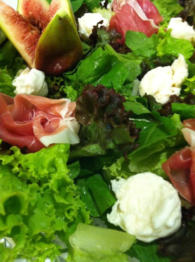 Salada de folhas, presunto de parma, mussarella de búfala e figos