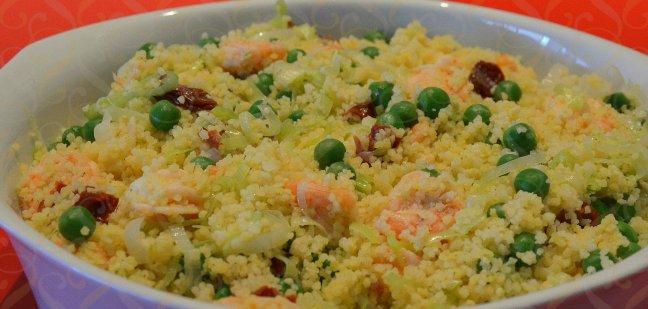 Couscous de camarão, tomate seco, alho poró e ervilhas frescas