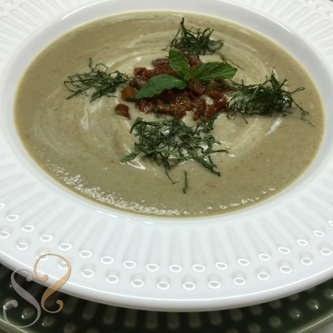 Sopa fria de berinjelas com tomate seco e hortelã…