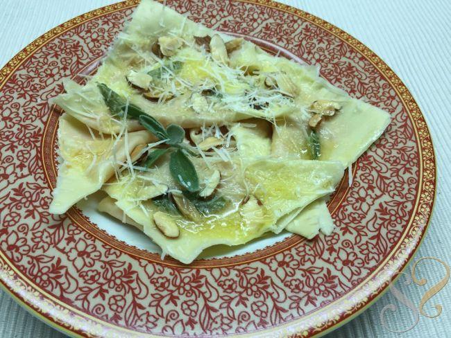Tortelli di Zucca com manteiga de sálvia e amêndoas