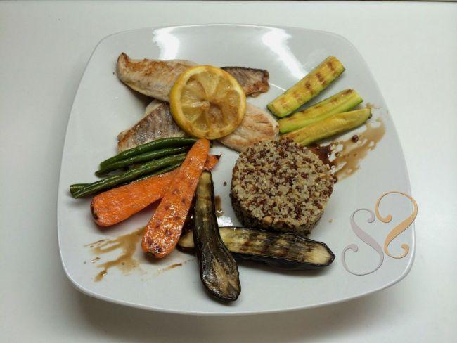 Filé de peixe grelhado com mini legumes e quinoa…