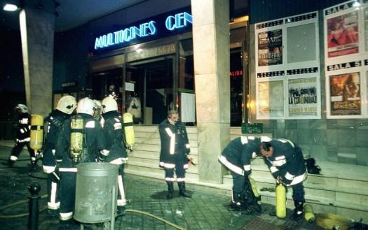 2001. Los bomberos trabajan en la extinción del Incendio en Multicines Centro