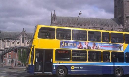 Un autobús recorre Dublín con el póster 'Justin y la Espada del Valor'