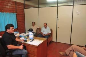 Prefeito-atende-na-obras-300x199 GABINETE ITINERANTE: Prefeito instala gabinete na Secretaria de Obras