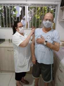 vacinacao-11-225x300 Enfermeira Aline vacina os pais contra a Covid-19 e diz que foi um dia especial