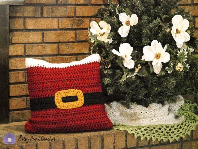 Free Christmas pillow sham crochet pattern from Salty Pearl Crochet!