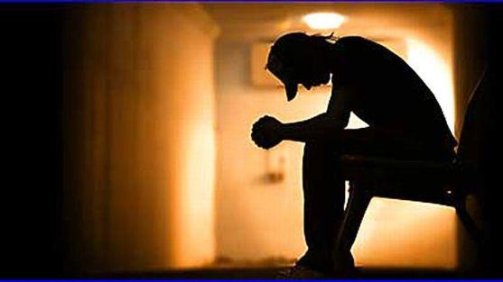 Persona sentada cabizbaja. Superviviente de suicidio