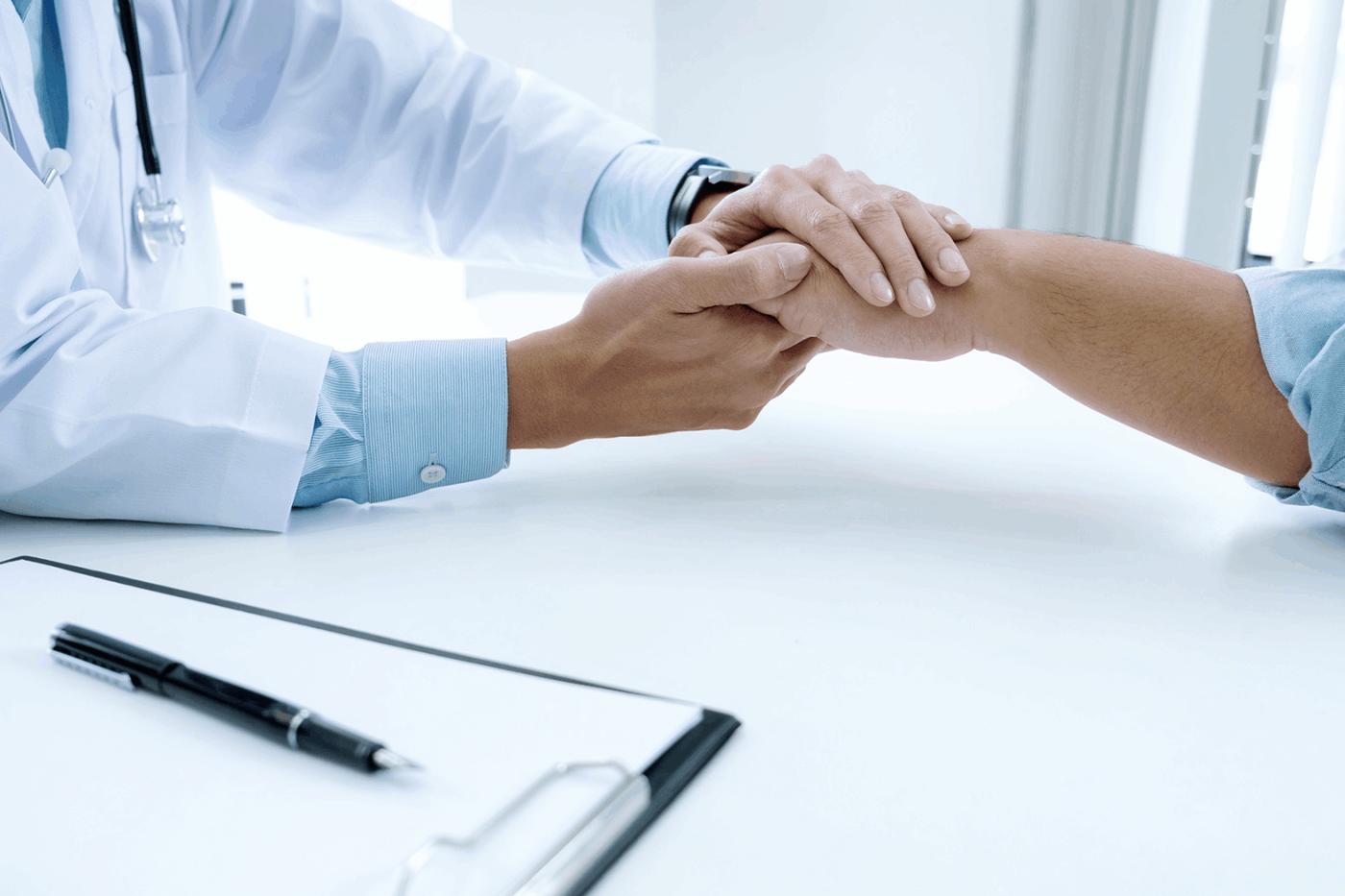 Diagnóstico enfermedad crónica: sugerencias. Médico dando la mano a un paciente