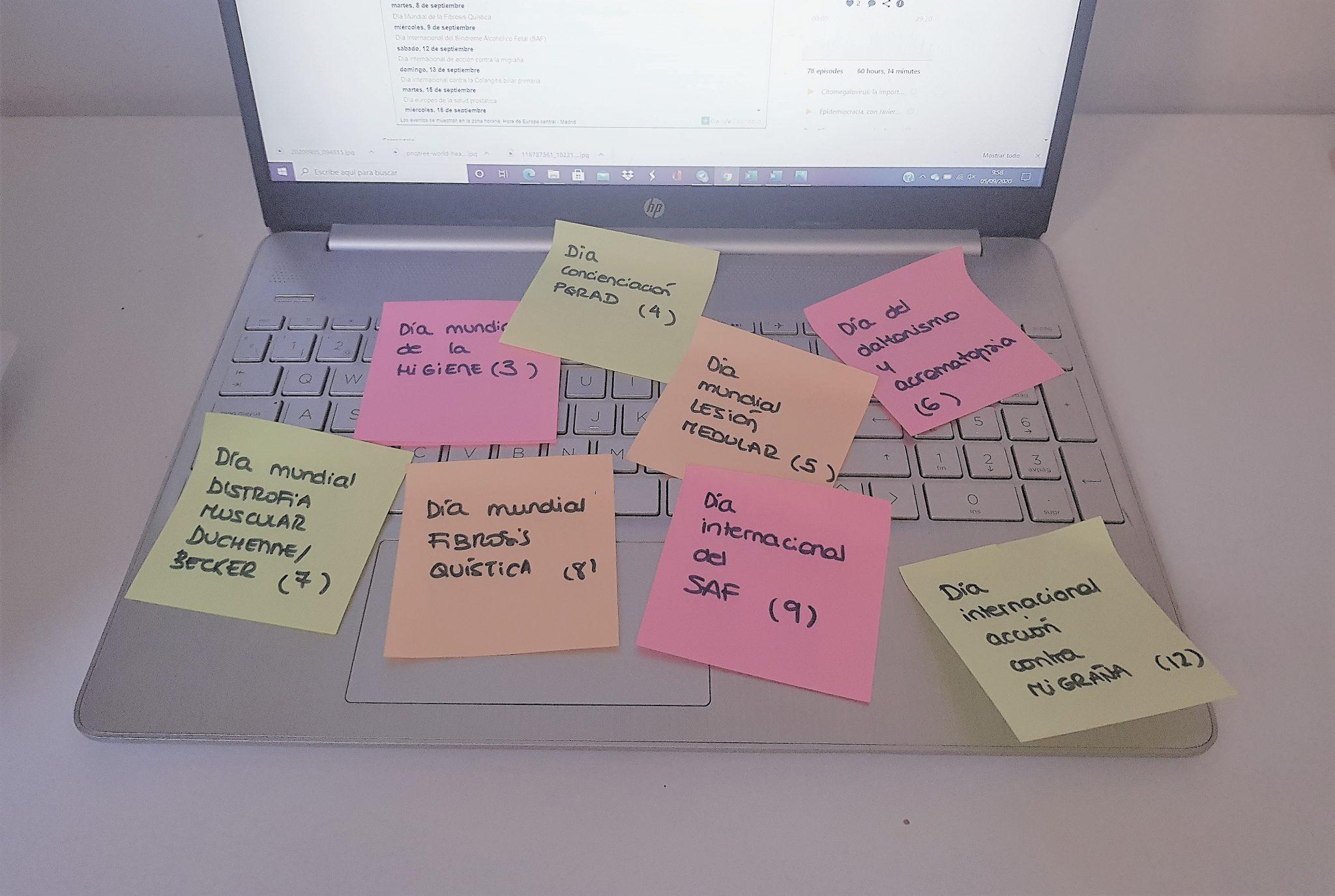 Portátil con post it de colores en los que están escritos diferentes días de salud