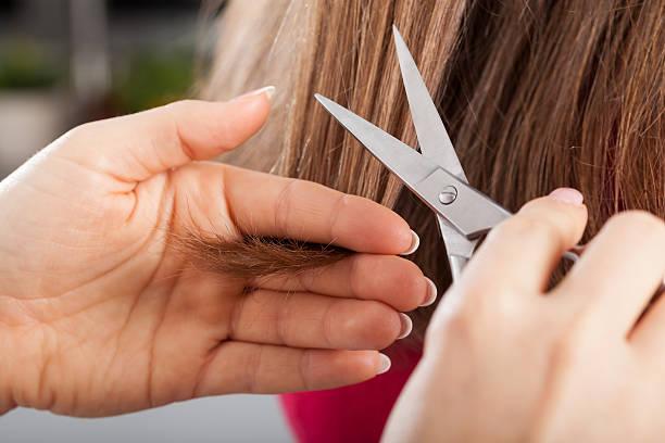 cortar las puntas del cabello dañado