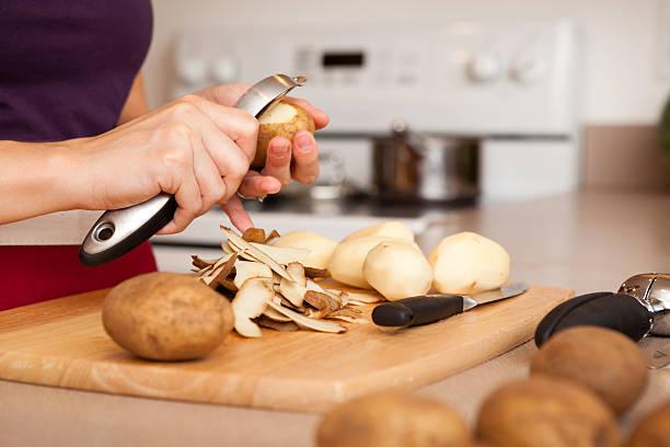 mujer pelando patatas