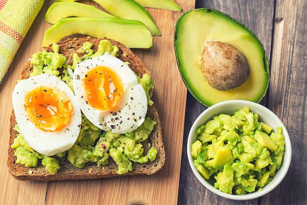 pan integral con aguacate y huevo