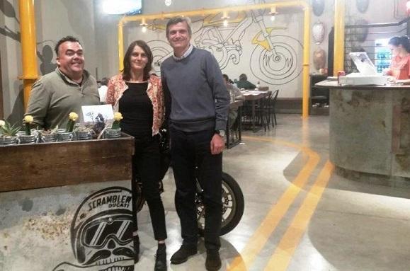 """L'Ing. Alberto Leardini (a destra), ricercatore del Rizzoli, con i suoi ospiti in occasione dell'invito a cena per la """"notte dei ricercatori"""" 2017, foto da sito Rizzoli"""