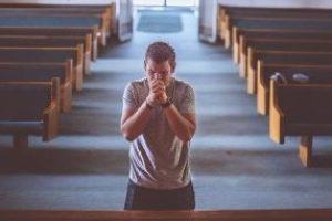Fedele in preghiera, foto generica da Pixabay