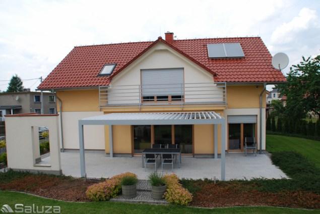 Ekskluzywna pergola bioclimatic aluminiowa piora oraz konstrukcja biala przy domu jednorodzinnym, gogolin, piora rozlozone - saluza.eu