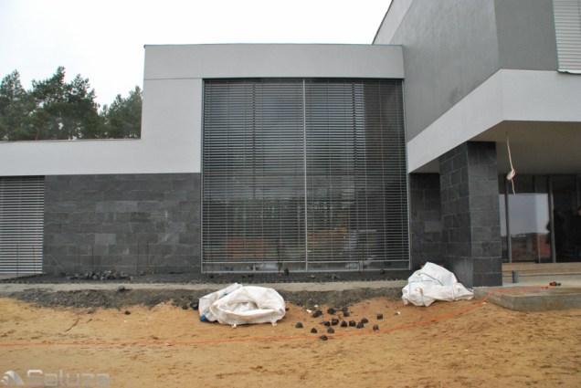 zaluzje fasadowe ral 9006 na budynku jednorodzinnym - saluza.eu
