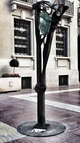 003-Foto escultura davant Ajuntament