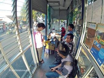 Esperando el bus en una de las pequeñas paradas de la ciudad de Yogjakarta
