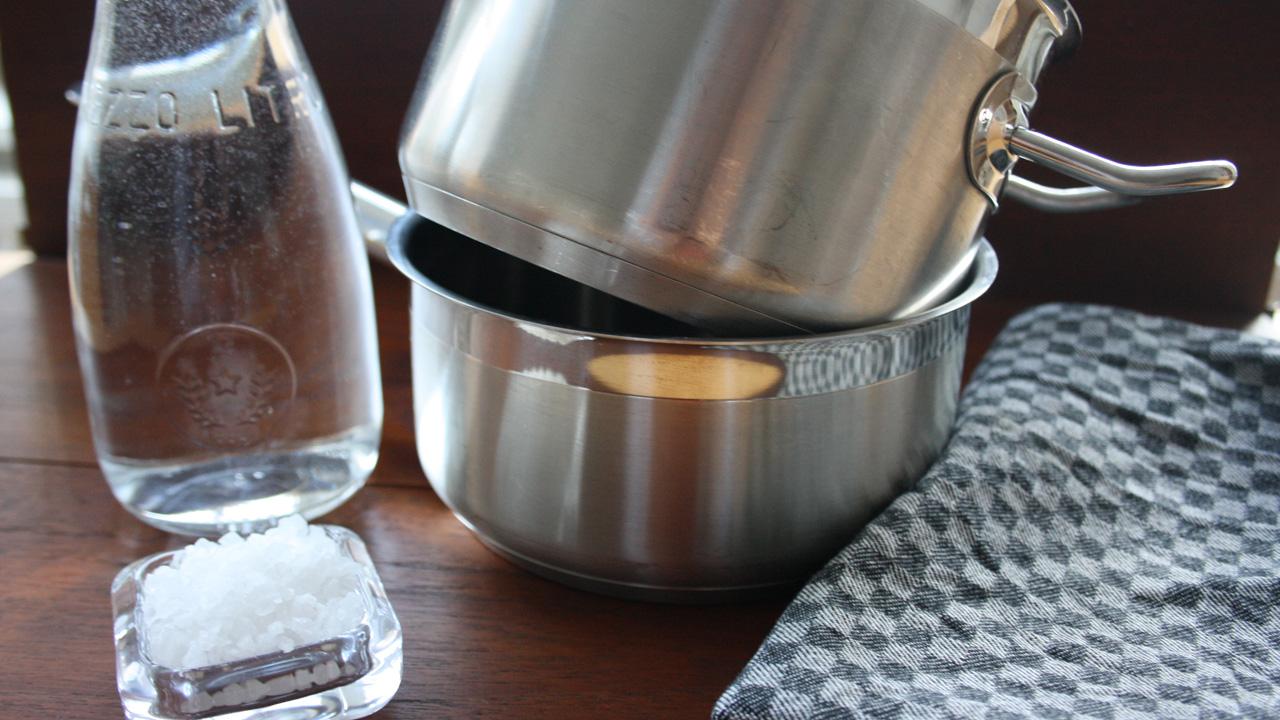 Inhalieren mit Salzwasser, Stieltopf und einem Handtuch