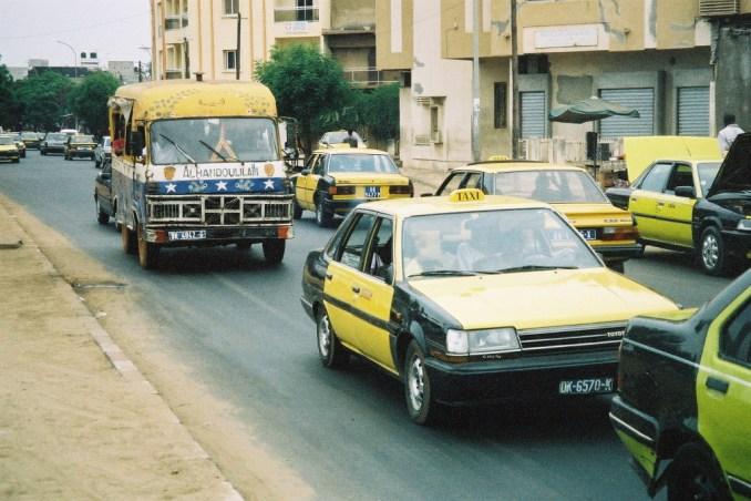 Car rapide et taxis dans le trafic de Dakar