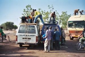 Changement de taxi-brousse entre Kantchari et Niamey