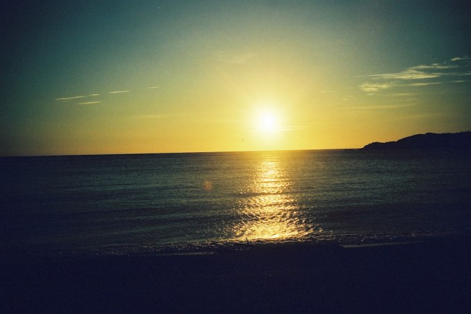 Lever de soleil sur la plage de Llancia