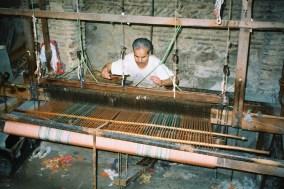 ma2002-09-fes-souks-tisserand