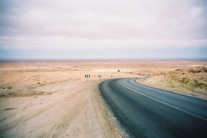 Route du Sahara Occidental dans le sud du Maroc